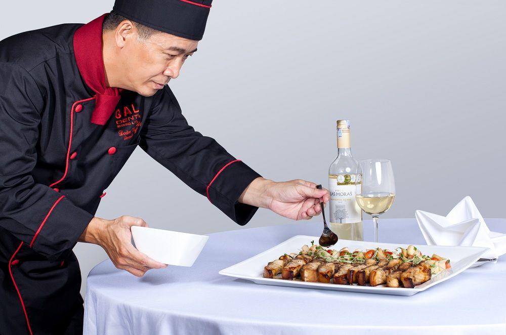 Cách đầu bếp thực hiện món ăn tại địa điểm tổ chức tiệc cưới quận Tân Bình Gala Center