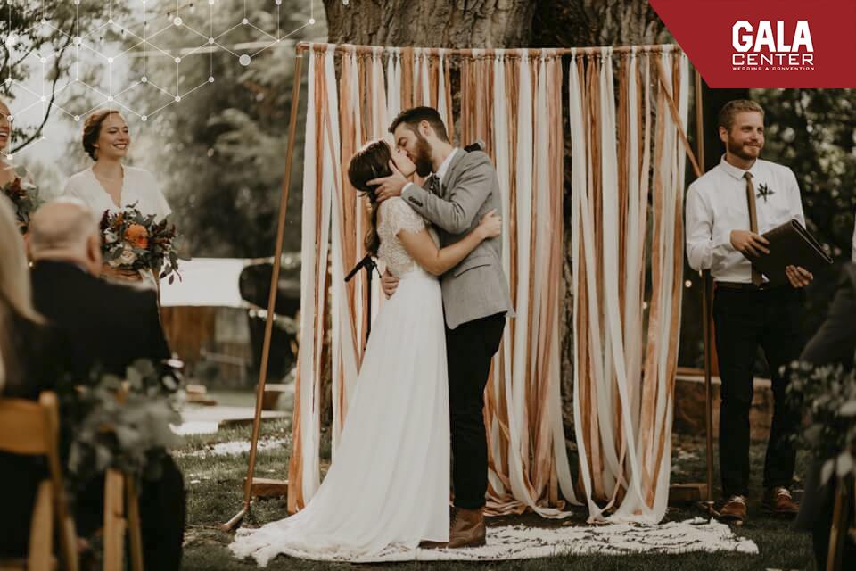 backdrop cưới bằng dây ruy băng