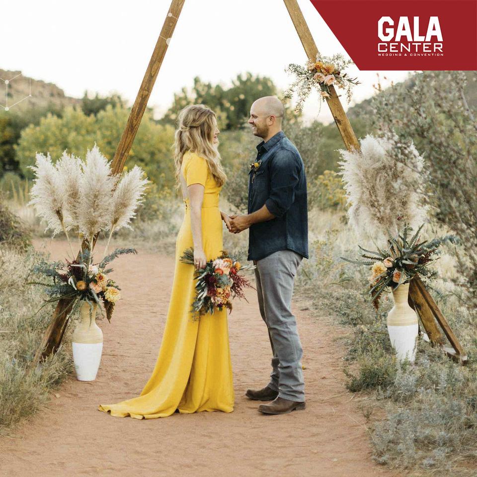váy cưới màu vàng ấn tượng