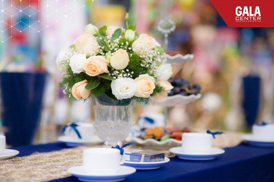 Mùa hè có nhiều loài hoa dùng cho trang trí bàn tiệc