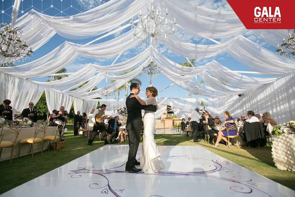 Tổ chức đám cưới vào mùa hè ở ngoài trời cần chuẩn bị những phông bạt, mái che lớn