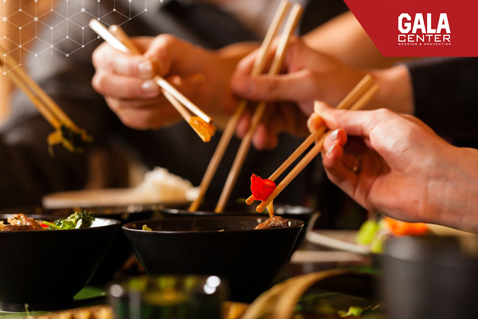 Đừng quên ăn thử những món ăn trong thực đơn trước khi quyết định chọn nhà hàng