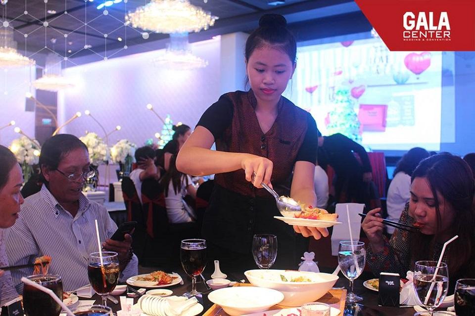 Nhân viên của nhà hàng tiệc cưới phải chuyên nghiệp và chu đáo