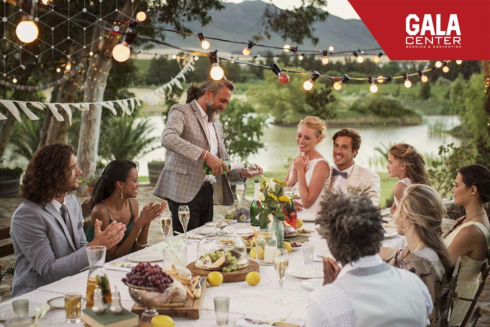 Tùy thuộc vào địa điểm tổ chức tiệc cưới mà chọn phong cách trang trí phù hợp